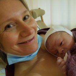 Ich mit meinem jüngsten Sohn kurz nach der Entbindung im Mai 2020